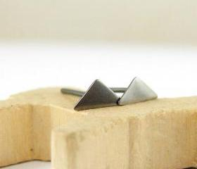 Tiny triangle studs ..
