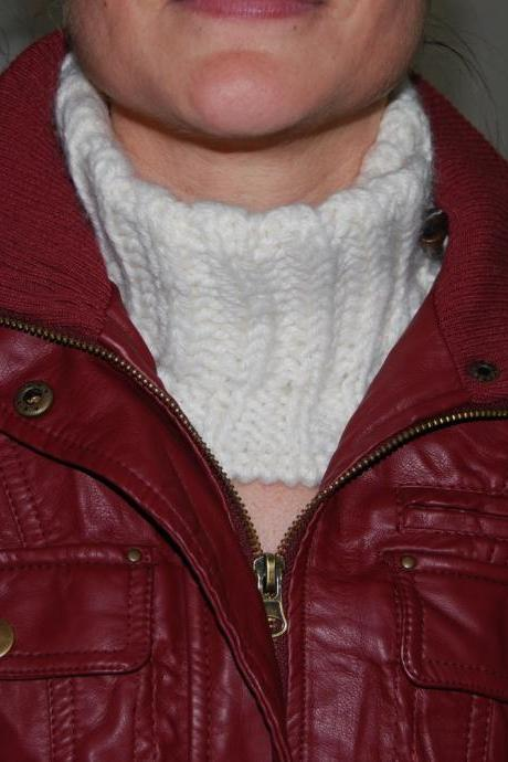 White knit neckwarmer, scarf - Very soft for winter- To use under your coat. by El rincón de la Pulga