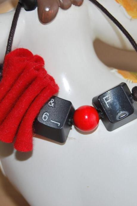 Keyboard key red bracelet- Go geeky- Trendy-OOAK-Recycle to upcycle by El rincón de la Pulga