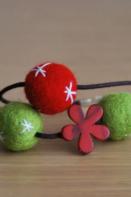 Felt double bracelet in red and green with a red flower choose between the two bracelets by El rincón de la Pulga