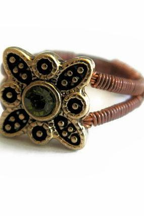 Vintage style ring with green stone. Size 5.5