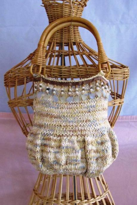 Knitted handbag with beads and shells