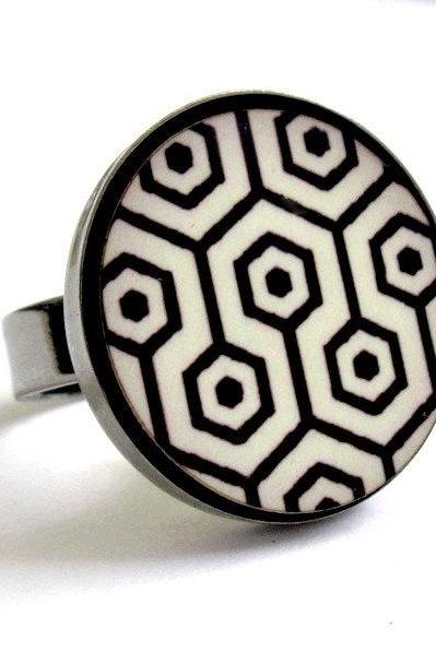 Retro Dreams -black and white ring