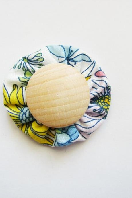 Fabric yo yo brooch flowered with wood button