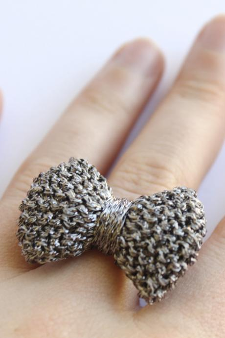Bow ring knitted in gun metal grey