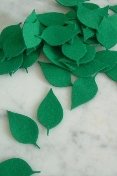 L107 --10 classic leaves on green felt 2 inch