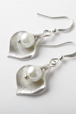 Bridesmaid earrings - Silver calla lily earrings with white pearl - white wedding earrings - white bridesmaid earrings