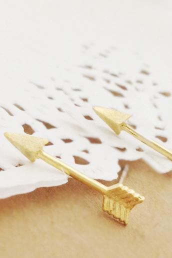 Piercing Arrow Earring in Gold