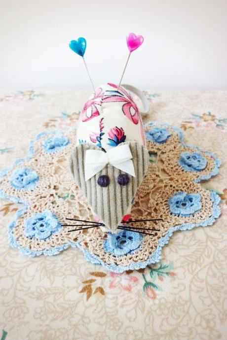 mouse pincushion with cute heart pins