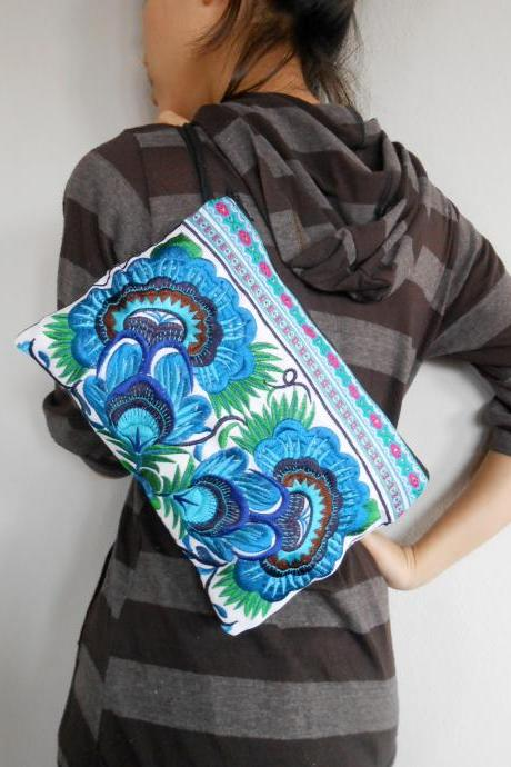 Blue Embroidery Clutch Wristlet Bag White Fabric of Chinese Hmong Hill tribe Thailand (KP1053-BLWH)