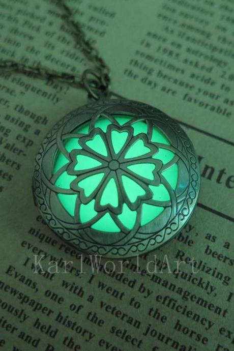 Free shipping Green Brass Plated Glow In The Dark Celtic Galaxy Locket Necklace