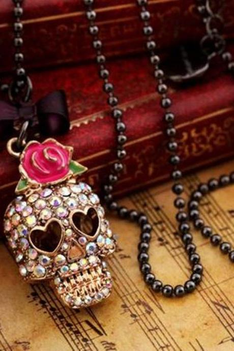 Red roses , set auger skull necklace