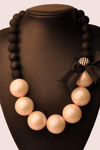 Classy Bow and Pearls Necklace