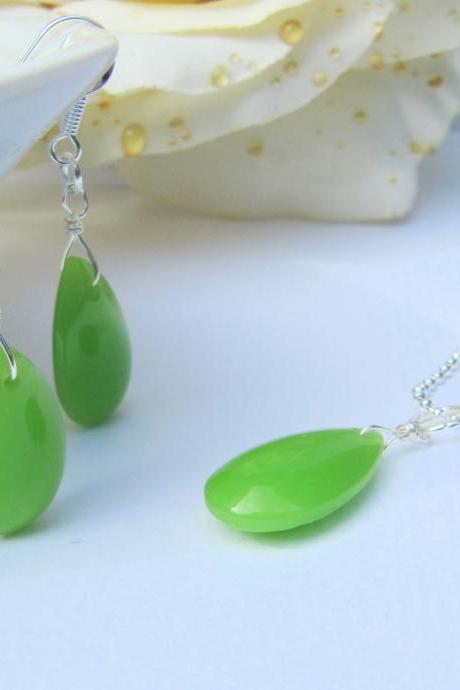 Jewelry set. Apple green jade necklace and matching earrings