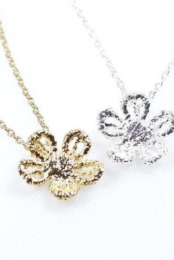 Daisy flower pendant necklace in Gold / Silver