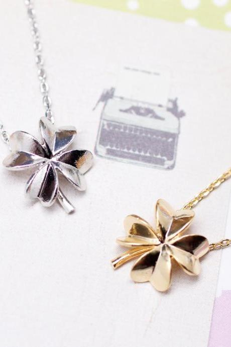 Four Leaf Clover Necklace in silver / gold