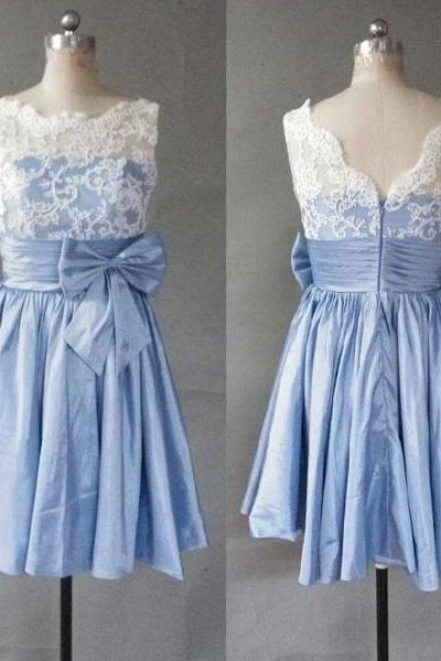 High Quality White Lace Blue Taffeta Short Prom Dress Homecoming Dress High Neck V-Back Cocktail Dress Above Knee Length Cheap Party Dress Handmade Open Back Bow Homecoming Dresses Bridesmaid Dress