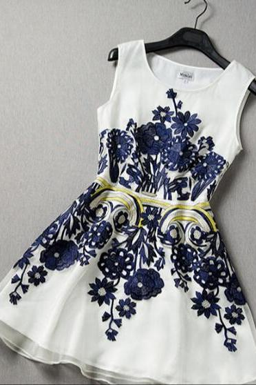 Slim sleeveless embroidered organza dress