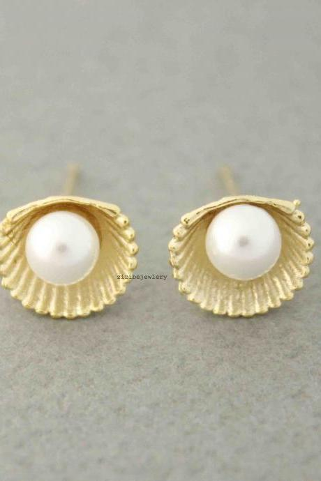 Pearl and Scallop Seashell stud Earrings in silver / gold, E0515G