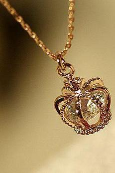 DIAMOND HEART-SHAPED CROWN NECKLACE