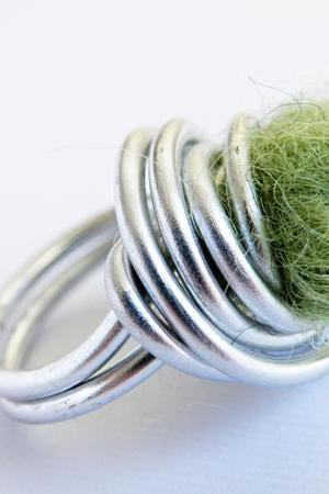 Wire Wrapped Cocktail Ring. Olive Green Felted Wool. Felted Wool Ring. Aluminum Ring. Modern Jewellery. Textile Jewelry. SteamyLab.