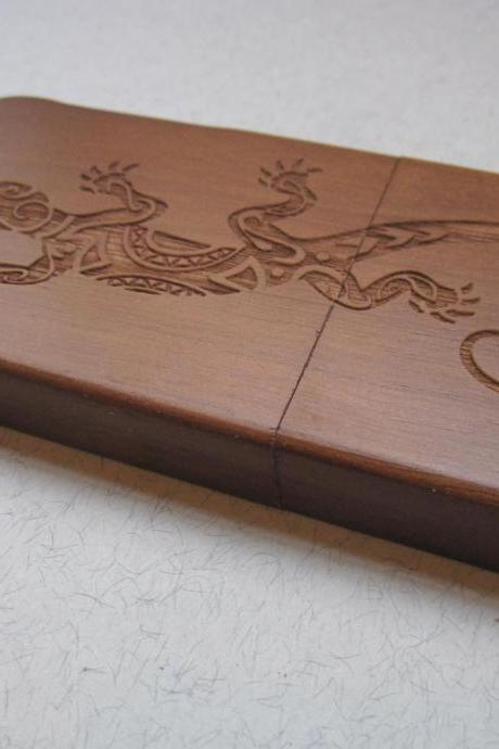 Iphone 5 case - wooden cases bamboo, cherry and walnut wood - Lizard - laser engraved
