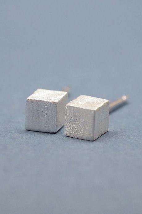 Cube studs earrings in matte silver