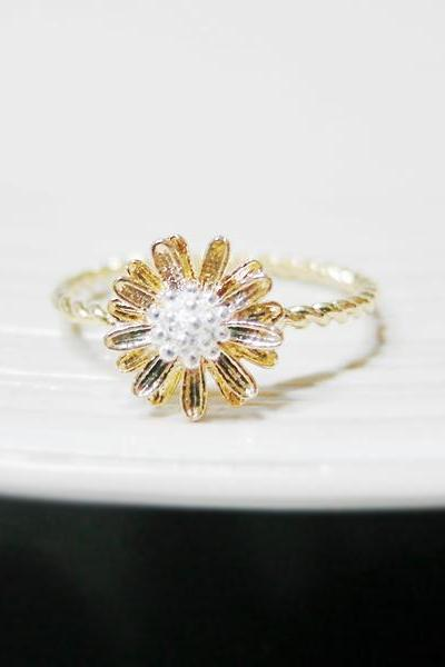Tiny Daisy ring 6 Size with twisted ringband in gold