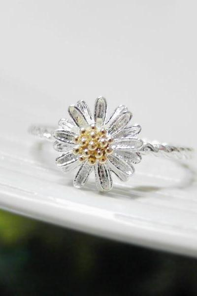 Tiny Daisy ring 6 Size with twisted ringband in silver