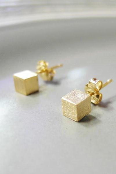 Tiny cube earring in gold