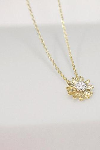 Dainty daisy flower necklace in gold