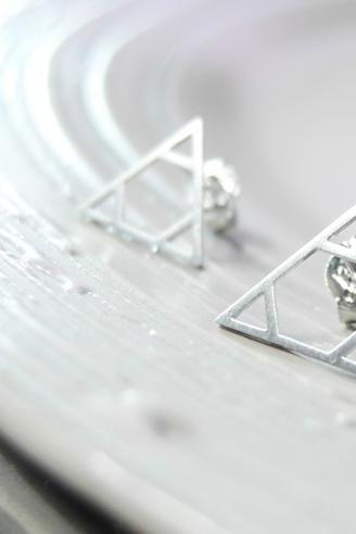 Three triangles earring in white gold