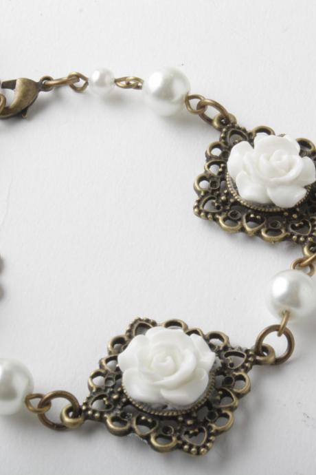 flower cabochon and antique brass bracelet - Shabby chic - white flowers and white pearls - white and brass - cabochon jewelry